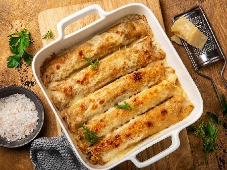 Солени палачинки с плънка (пълнеж) от кайма и доматен сос, запечени със сос бешамел и кашкавал на фурна - снимка на рецептата